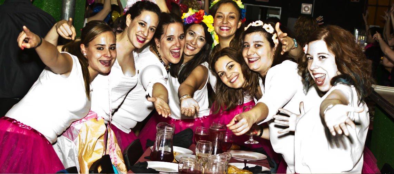 chicas disfrutando de cena en Madrid