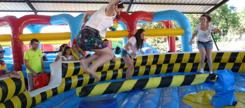 chicas saltando en juegos de despedida