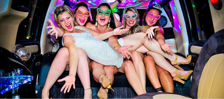 Chicas en limsuina para despedidas de soltera